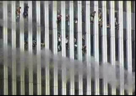 אנשים בבנייני התאומים העולים באש